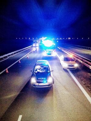 Wypadek na autostradzie. Auto osobowe doszczętnie zniszczone