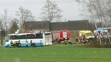 Autobus przewożący dzieci do szkoły zdmuchnięty przez wiatr?