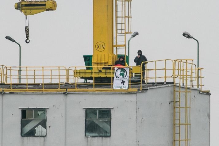 Aktywistki ekologiczne zablokowały koparkę w Tomisławicach