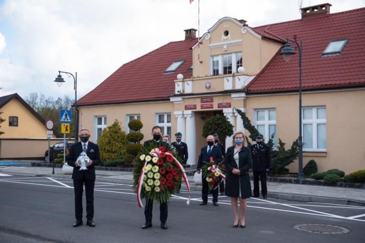 Kazimierz Biskupi. Skromna delegacja z kwiatami pod pomnikiem