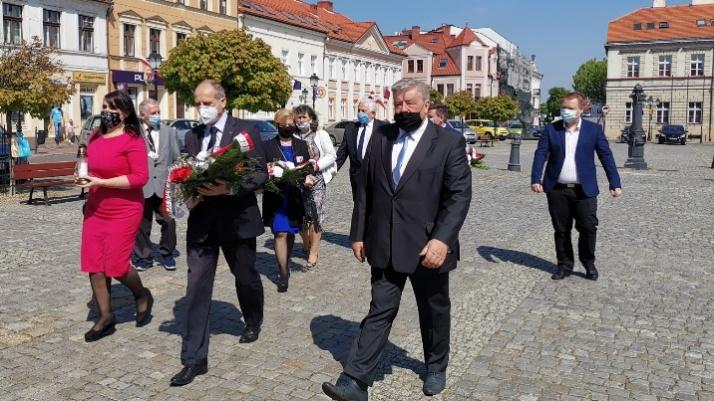 PiS i Solidarna Polska z kwiatami w 75 rocznicę zakończenia wojny