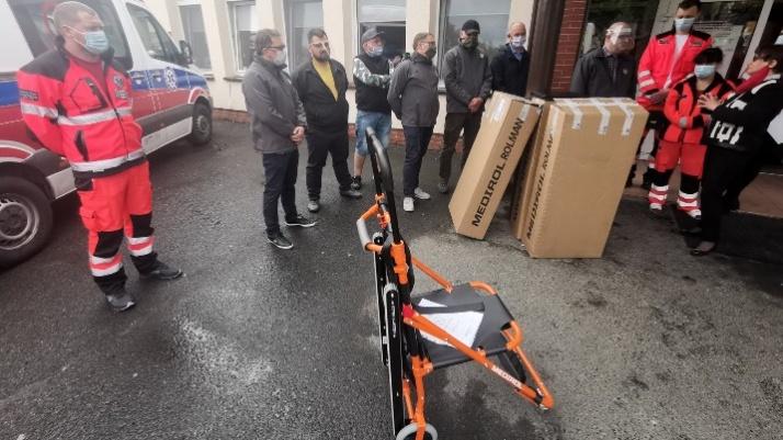 Pracownicy MZGOK przekazali sprzęt konińskiemu pogotowiu