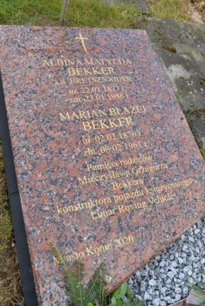 Konin. Złożyli kwiaty na grobie rodziców Mieczysława Bekkera