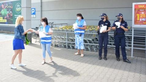Przed sklepami przypominano o reżimie sanitarnym i maseczkach