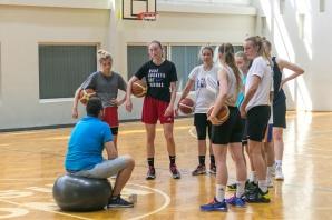 Koszykarki na obozie z Julią Drop. Trenują indywidualną technikę
