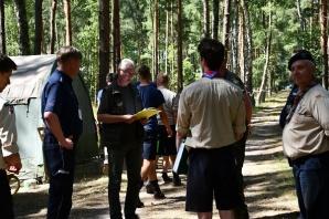 Policjanci ze strażakami i leśnikami na obozie harcerskim w Kiekrzu