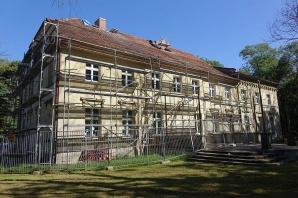 Trwa remont dachu w zabytkowym budynku szkoły w Biskupicach