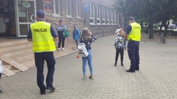 Odblaski dla uczniów. Akcja konińskich policjantów przy szkołach