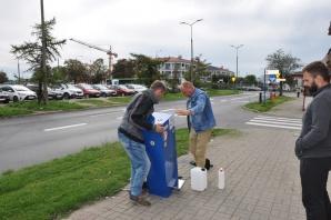 Kolejny dystrybutor z płynem do dezynfekcji rąk w starym Koninie