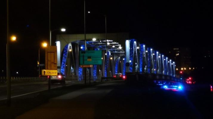 Most żelazny i gabinet prezydenta podświetlone na niebiesko