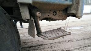 Powidz. Kierowca wywrotki przymocował schody do kabiny na drut