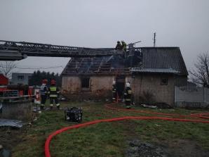 Zapalił się opuszczony budynek mieszkalny
