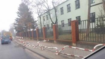 Budzisław Kościelny. Ciężarówka uszkodziła barierki tuż przy szkole
