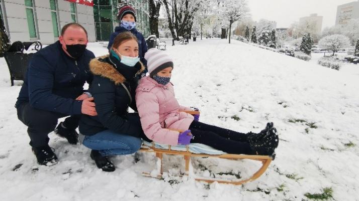 Konin. Całe rodziny korzystają z pierwszego w tym roku śniegu