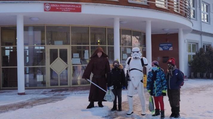 """Konin. Postacie z """"Gwiezdnych wojen"""" witały uczniów przed SP10"""