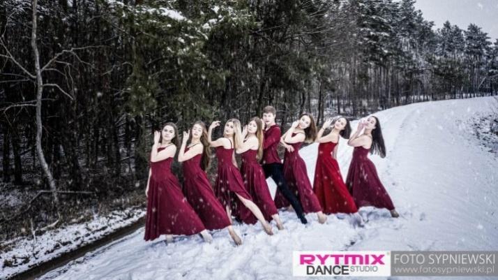 """Boso na śniegu. Zimowa sesja tancerzy konińskiego """"Rytmix-u"""""""