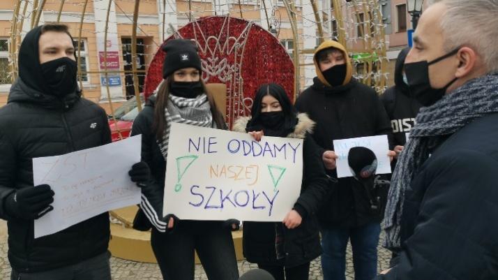 Konin. Uczniowie ZST walczą o szkołę. Protest przed magistratem