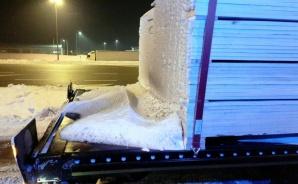 Zamrożony śnieg na naczepie. Interweniowali inspektorzy WITD
