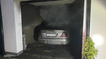 Konstantynówek. Zapalił się stojący w garażu samochód osobowy