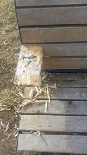 Kolejny akt wandalizmu. Z ławki wyrwano ładowarkę. KBO cierpi