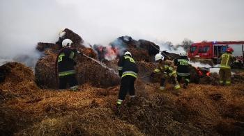 Konin. Pożar słomy przy ul. Stokowej. Spłonęło aż 60 balotów