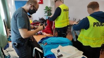 Słupca. Policjanci zabezpieczyli podrobioną odzież różnych marek