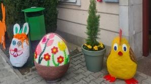 Golina. Wielkanocne ozdoby mieszkańców przed domem kultury