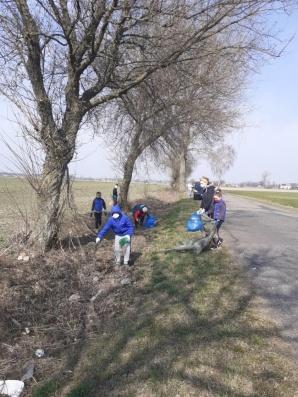 Wiosenne porządki. Posprzątali rowy przy drodze Radolina - Barbórka