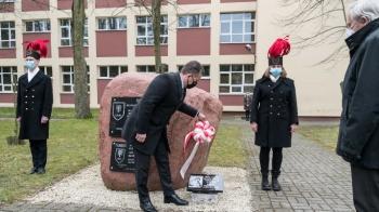Konin. Kwiaty i znicze na  Skwerze Pamięci Ofiar Zbrodni Katyńskiej