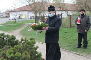 Konin. W Święto Chrztu Polski złożyli kwiaty pod krzyżem na Zatorzu