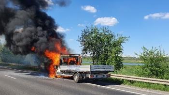 Naul.  Warszawskiej palił się samochód. Dym widoczny z daleka