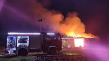 Police. Pożar budynku gospodarczego i wiaty. Konie uratowane