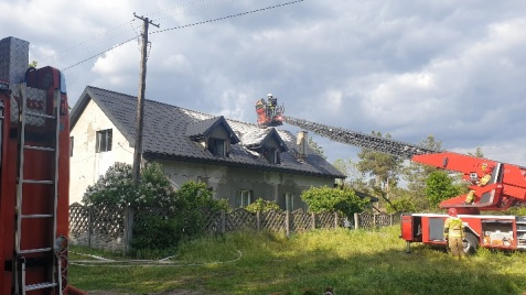 Pożar domu w Wacławowie. Z ogniem walczyło 36 strażaków