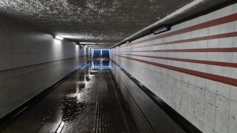 Konin. Pompowali wodę z tunelu by można było przejść na Zatorze