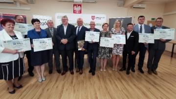 Dofinansowanie dla gmin. Marszałek przekazał symboliczne czeki
