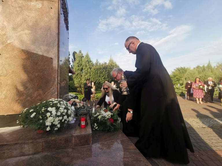 Konin. Przy pomniku uczcili beatyfikację Prymasa Tysiąclecia