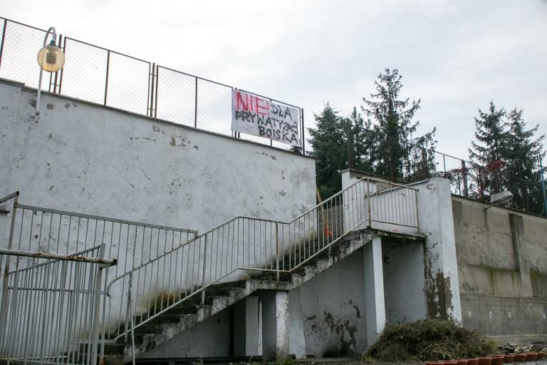 Zamiast odnowić boisko miasto woli je sprzedać. Tak w Koninie traktuje się młodzież