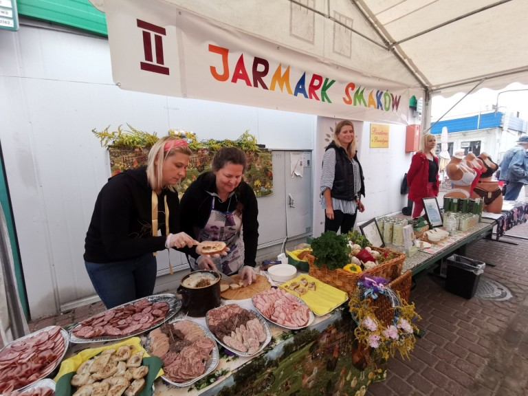 Regionalne potrawy na targowisku. Drugi Koniński Jarmark Smaków