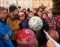 Turkowianie kolędowali i ubierali choinkę na miejskim  rynku
