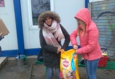 Konin. Uczniowie ZSCKU z darami dla schroniska dla zwierząt