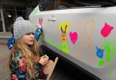 Mali artyści w akcji! Wiosna zakwitła na samochodzie