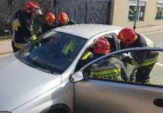 Konin. Strażacy uwolnili dziecko zatrzaśnięte w samochodzie