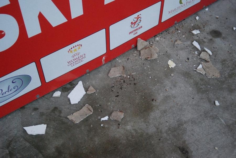 """Koniński stadion dosłownie się sypie. ,,Wstyd po prostu"""""""