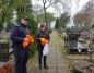 Orchowo. Policjanci rozdawali odblaski na cmentarzach w gminie