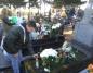 Uczniowie SP10 ze zniczami i kwiatami na grobach nauczycieli