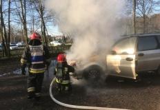 Słupca. Samochód osobowy zapalił się na parkingu przy cmentarzu