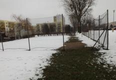 Po śniegu na osiedlu Zatorze tworzą się wzory na trawnikach