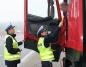 Policjanci prowadzą kontrole trzeźwości kierowców ciężarówek