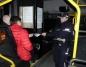 Rozdawano odblaski w autobusach MZK, które jeżdżą poza Konin