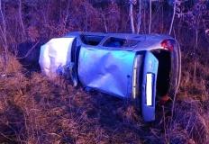 Leszcze. Samochód wypadł z drogi. Dwie osoby poszkodowane